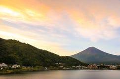 Mt Заход солнца Фудзи в осени на озере Kawaguchiko, Yamanashi, Японии Стоковые Изображения