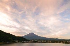 Mt Заход солнца Фудзи в осени на озере Kawaguchiko Yamanashi, Японии Стоковое Изображение