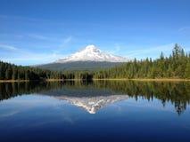 Mt. Отражение клобука в озере Trillium Стоковые Изображения RF