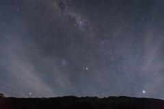Mt сварите на ноче с звездами в небе Стоковое Изображение