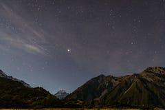Mt сварите на ноче с звездами в небе Стоковые Фото