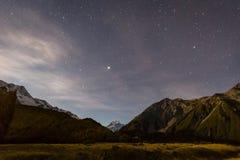 Mt сварите на ноче с звездами в небе Стоковое Фото