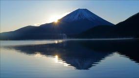 Mt Фудзи и восход солнца от озера Motosu Японии сток-видео