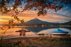 Mt Фудзи над озером Kawaguchiko с листвой осени и шлюпкой на восходе солнца в Fujikawaguchiko, Японии стоковые изображения rf