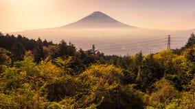 Mt Фудзи против цивилизация стоковое изображение