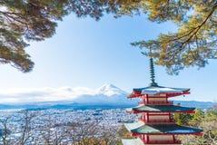 Mt Фудзи с пагодой Chureito в осени, Fujiyoshida Стоковое Изображение RF