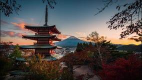 Mt Фудзи с пагодой Chureito и красными лист в осени на заходе солнца видеоматериал