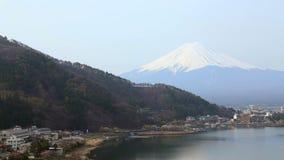 Mt Фудзи в утре на озере Kawaguchiko сток-видео