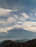 Mt Фудзи плюс облака стоковое изображение