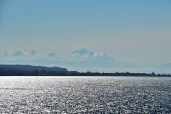 Mt Хлебопек на море утра стоковые фотографии rf