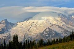 Mt 与双突透镜的云彩的芒特雷尼尔在一个大风天 库存图片