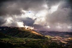 Mt 与河的圣Helens地区有雾的多云森林谷 免版税库存照片