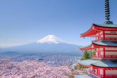 Mt 与红色塔的富士在秋天,吉田市,日本 免版税库存照片