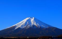 Mt 冬天蓝天的富士  免版税库存照片