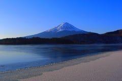 Mt 在从河口湖日本结冰的岸的富士仲冬 免版税库存图片