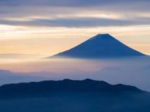Mt 在薄雾的富士在日出以后 免版税图库摄影