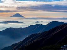 Mt 在薄雾的富士在日出以后 免版税库存照片