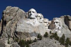 Mt 在观看四总统雕刻以后面孔在,它是令人吃惊突然产生坐反对声势浩大,巨型的岩石的人造形状的这个场面 库存图片