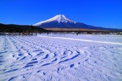 Mt 多雪的蓝天富士从忍野村庄日本的 库存照片