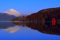 Mt 富士和和平Torii从芦之湖箱根日本的 库存照片