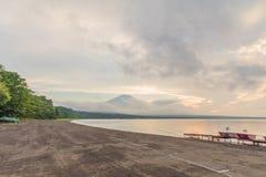 Mt 富士和日落与太阳在湖Kawaguchiko最发出光线, 免版税库存图片