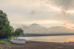 Mt 富士和日落, m太阳光芒在Kawaguchiko湖的 库存照片