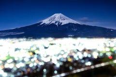 Mt 富士和Bokeh在晚上在吉田市,日本 免版税图库摄影