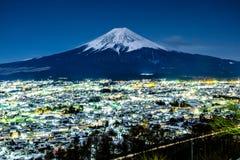 Mt 富士在晚上在吉田市,日本 免版税库存图片