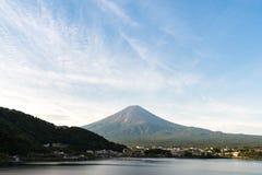 Mt 富士在湖Kawaguchiko山梨,日本的秋天 免版税库存图片