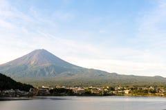 Mt 富士在湖Kawaguchiko山梨,日本的秋天 免版税图库摄影