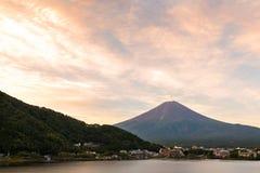 Mt 富士日落在湖Kawaguchiko山梨,日本的秋天 免版税图库摄影