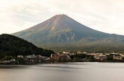 Mt 富士日落在湖Kawaguchiko山梨,日本的秋天 库存图片