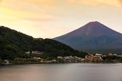 Mt 富士日落在湖Kawaguchiko,山梨,日本的秋天 库存图片