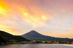 Mt 富士日落在湖Kawaguchiko,山梨,日本的秋天 免版税库存照片