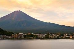Mt 富士日落在湖Kawaguchiko,山梨,日本的秋天 免版税库存图片
