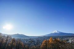 Mt 富士视图与明亮的阳光的早晨 免版税库存照片