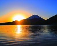 Mt 日出富士从早晨焕发的从湖Motosu日本 库存图片