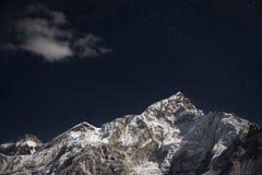Mt 珠穆琅玛和洛子峰在星下填装了夜空 免版税库存照片