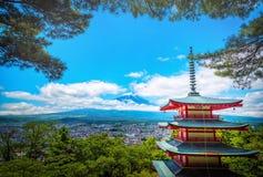 Mt.顶饰的小山和结构树峰顶 在云彩之间的富士与s的Chureito塔 免版税库存图片