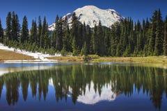 Mt.更加多雨和Tipsoo湖 库存照片