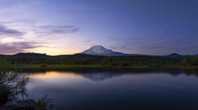 Mt Adams Odbija w Pstrągowym jeziorze przy półmrokiem obraz royalty free
