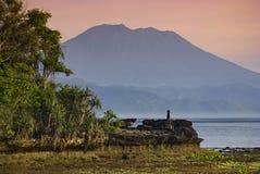 Mt Agung увиденное от берегов Nusa Lembongan, Бали, Индонезии стоковое фото