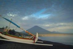 Mt Agung i wioska Amed Zdjęcia Royalty Free