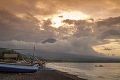 Mt Agung i wioska Amed Zdjęcia Stock