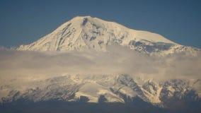 Mt Ararat com o monastério e os campos do virap do khor vídeos de arquivo