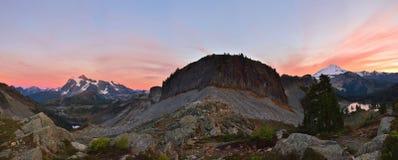 Mt Bagare och Mt Shuksan beskådade från Herman Saddle Royaltyfri Foto