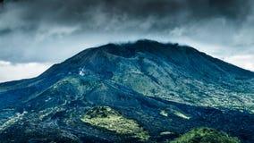 Mt Batur火山巴厘岛,Ubud印度尼西亚风雨如磐的云彩 免版税库存图片