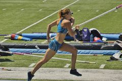 Mt Beutel legt 2016 Leichtathletiktreffen, Women&#x27 neu; s Pole Valut Stockbild