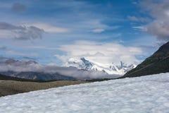 Mt Blackburn visto dal ghiacciaio della radice Fotografia Stock