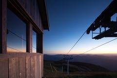 Mt Buller Ski Lift och utrustning på natten royaltyfri fotografi